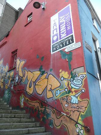 Kinlay House Hostel: entré de l'hotel dans la rue