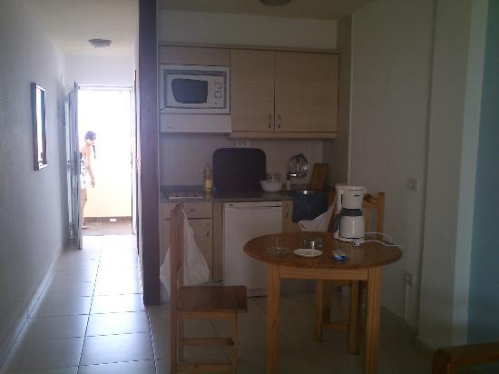 Playa del Sol -  Adults Only: Entrada y cocina-comedor