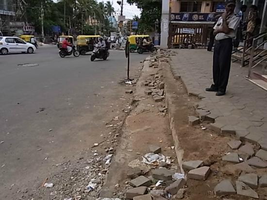 Nandhini Hotel - J.P.Nagar: 入口はオートやバイクが突っ込んでくるので要注意