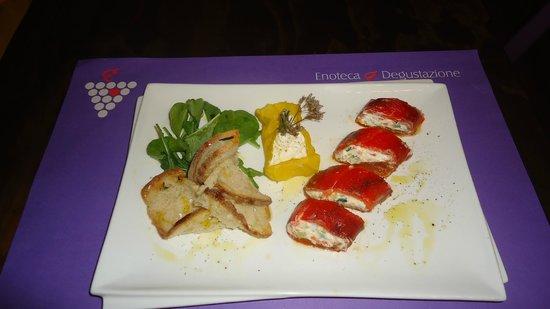 Vineria per Passione: sushi di formaggio fresco e peperone con macedonia di ortaggi