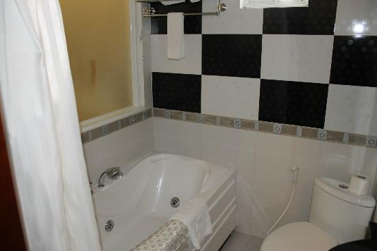 Silverland Hotel & Spa: bathroom