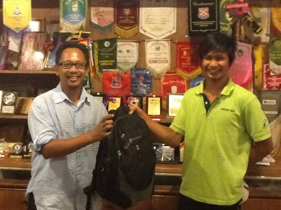 โรงแรมซาบาห์ทีการ์เด้น: Mr. Aldrian, Witress Sabah Tea Garden returning my bag