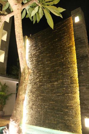 Sense Hotel Seminyak: waterwall