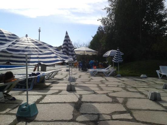 Don Hotel: Zona tumbonas mirando a las mesas