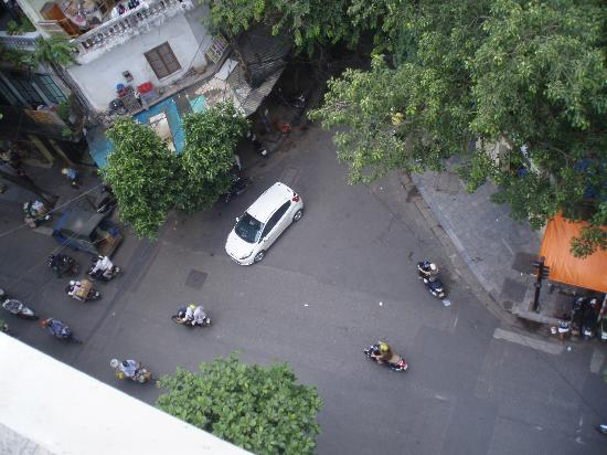 Hanoi Charming 2 Hotel: The view of the streets of the old quarter from our room
