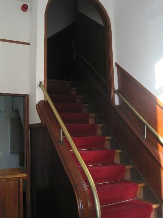 Pensão Residencial Internacional : the small hall (left) and the stairs to the rooms