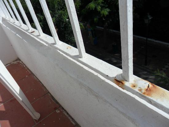 Hotel Antares: Barandilla sucia y oxidada