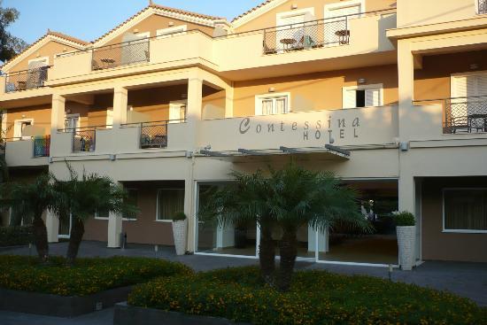 هوتل كونتيسينا: Front of Hotel 