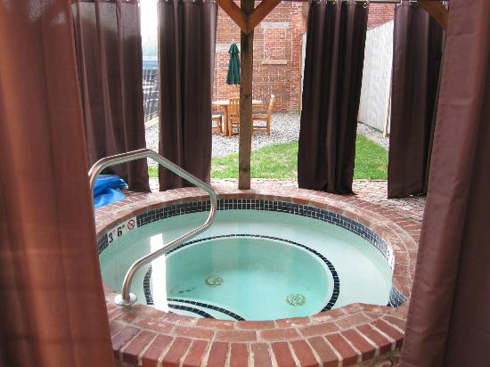 The Common Man Inn: Hot Tub on terrace