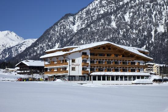 Hotel Bergland: Winteransicht    Copyright by AlpLine