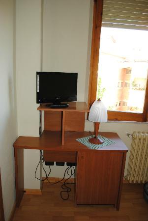 Hotel AVE: Tv e minibar