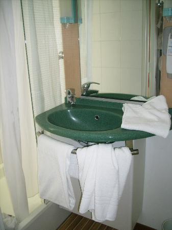 Ibis la Rochelle Centre Historique Hotel: Salle de bain