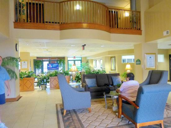 Wingate by Wyndham Arlington: The lobby, my sister relaxing