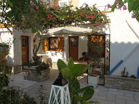 Olympia Village Hotel: Outside of the hotel