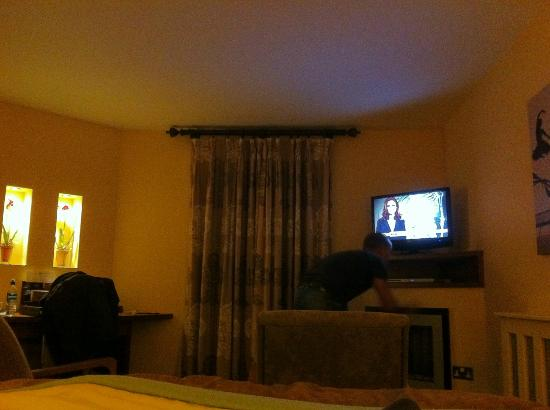 Big Blue Hotel: Lounge area in deluxe room with TV and DVD player