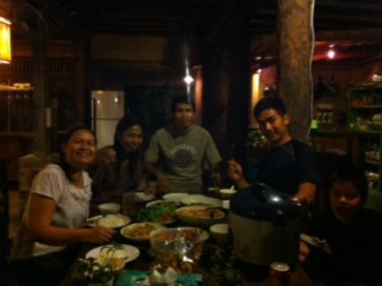 BaanBooLOo Traditional Thai Guest House: Happy dinner after the cooking class