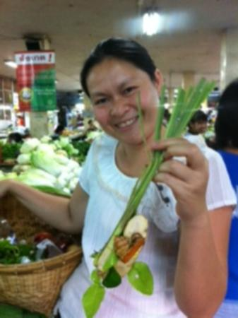 บ้าน บูลู: Shopping at the local market before the cooking class