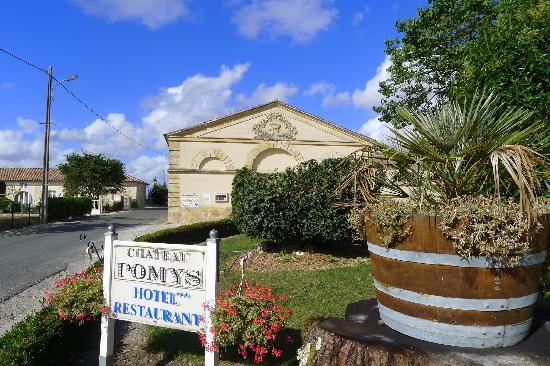 Chateau Pomys: entrée du parc de l'hôtel