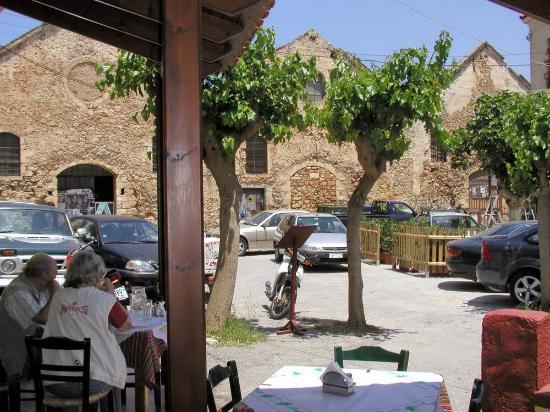 Restaurant Doloma: Терраса таверны и венецианские Neoria на Kalergon