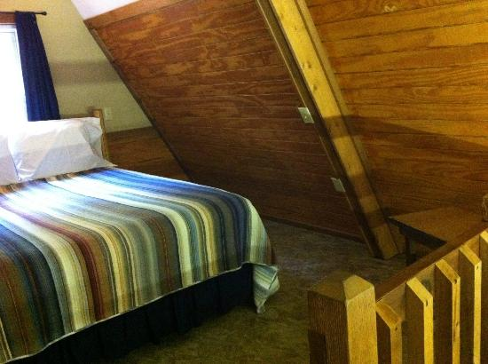 Chalets in Hocking Hills: Spacious loft room.