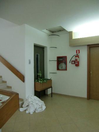 Dependance Villa Lovorka: corridoio e porta del FU ascensore