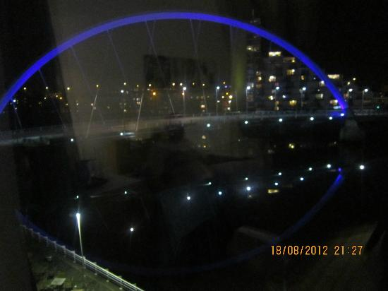 Hilton Garden Inn Glasgow City Centre: bridge at night