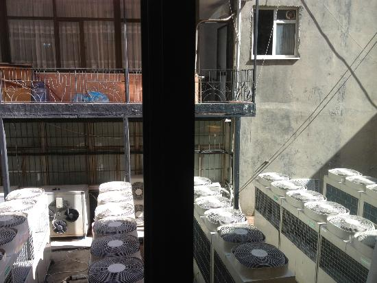 Darkhill Hotel: vue fenêtre ouverte de la chambre sur les moteurs de clim