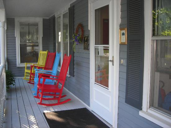 Brewster House Bed & Breakfast: Relaxing Front Porch