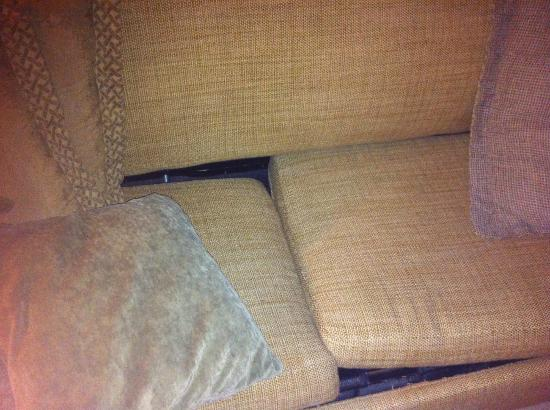 Ocean Manor Beach Resort Hotel: dirty couch with multiple roaches in crevices