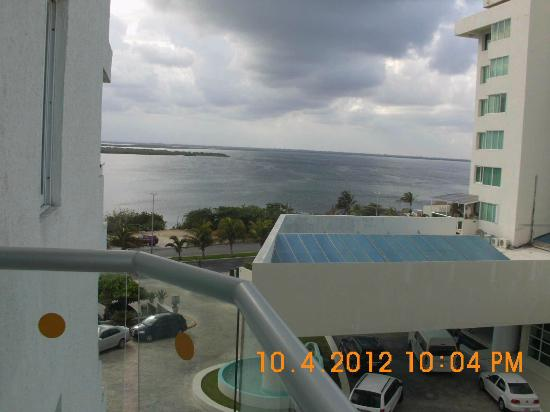 Oleo Cancun Playa: stormy clouds coming in