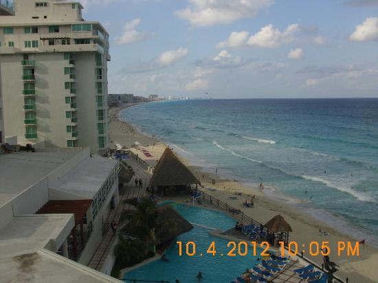 Oleo Cancun Playa: View of beach & pool
