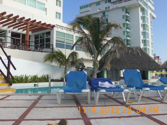 Oleo Cancun Playa: sun loungers round pool