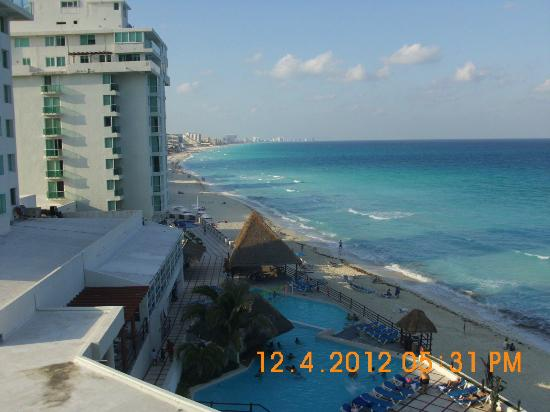 Oleo Cancun Playa: View of beach from room looking to the left