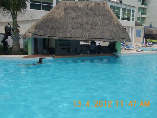 Oleo Cancun Playa : Swim up pool