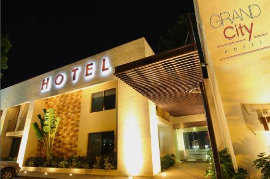 Grand City Hotel: fachada principlal de noche