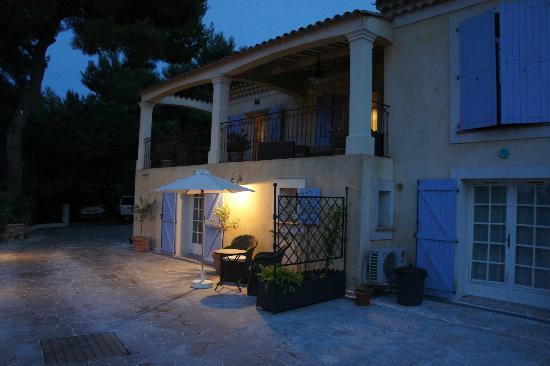 Villa Le Port d'Attache: terrace area with view to sea/city