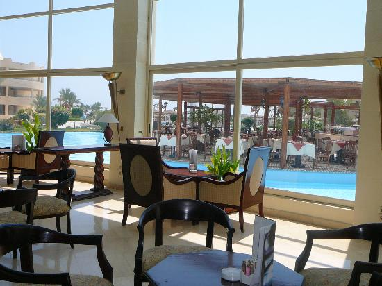 Tia Heights Makadi Bay: hall con vista ristorante
