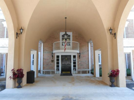 Christopher Place Resort: Beautiful entry.
