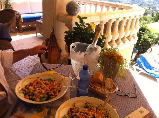 Les Cavaliers de Saint-Paul : Assiette du midi devant la piscine