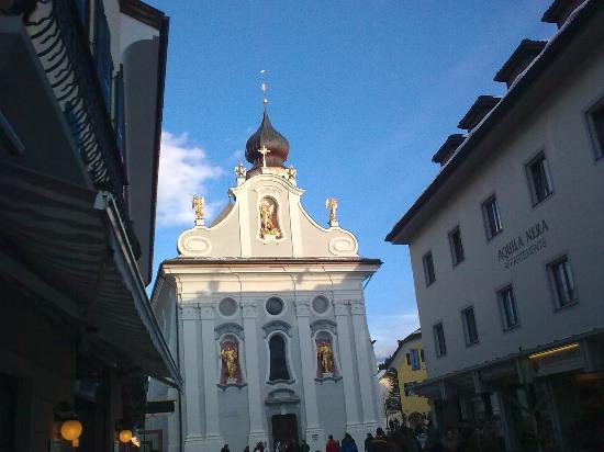 San Candido, Italia: frontale con negozi