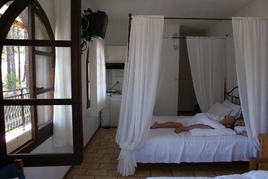 Glikadi Hotel: sssstttt....Maria sleeping..;)