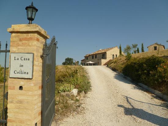Entrance foto di la casa in collina montelparo for Piani di casa contemporanea in collina