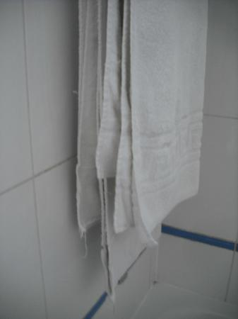 Le Regent Hostel: Tacky, worn towels