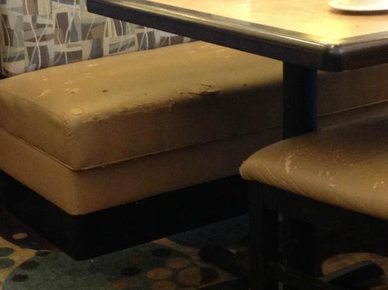 Hilton Garden Inn Hampton Coliseum Central: Well worn restaurant seating