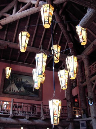 Lake McDonald Lodge: Western candelabras in lobby