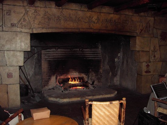 Lake McDonald Lodge: Huge walk-in stone fireplace in lobby