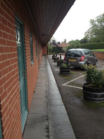 Three Choirs Vineyards: Shabby, cramped parking area and room entrance.
