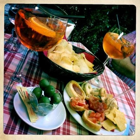 Bar Il Calice : aperol spritz with complimentary snacks