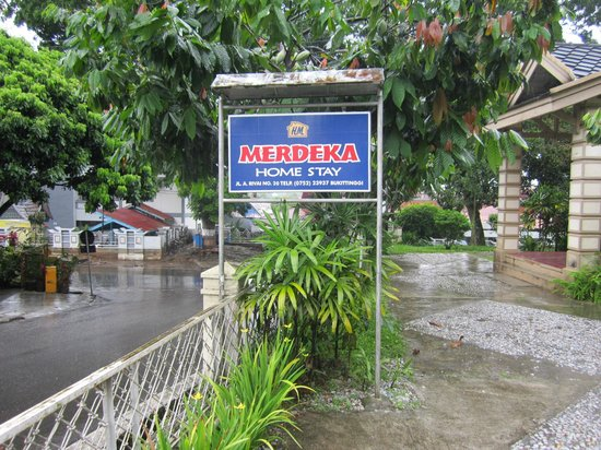 MERDEKA Home Stay: Entrance, advertising, telephone number and address