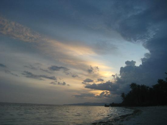 Anda, Philippinen: Sunset on the beach